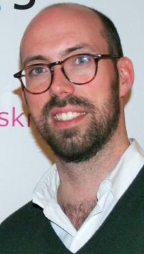 Bildet kan inneholde: briller, hår, ansiktshår, skjegg, bart.