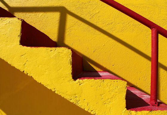 Bildet kan inneholde: gul, rød, oransje, triangel, linje.