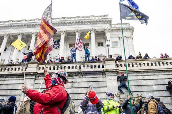 Bildet kan inneholde: flagg, myndighetene.