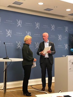 Picture of Siv Jensen receiving the rapport from Per Sanderud