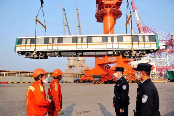 Havnearbeidere og politi på eksporthavnen Qingdao i Kina