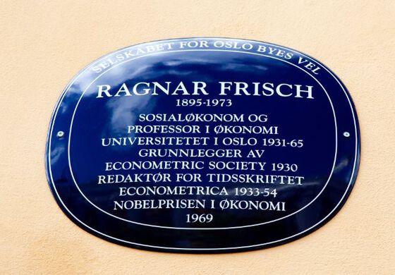 Bilde av blå plakett som hedrer Ragnar Frisch