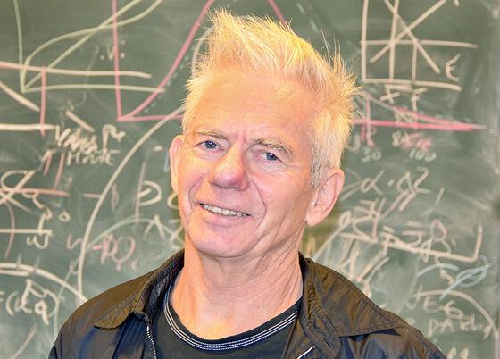 Bilde av Moene foran en tavle påskrevet med formler og grafer