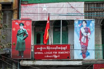 Kontoret til National League for Democracy i Yangon, med portretter av Aung San og Aung San Suu Kyi (2016)