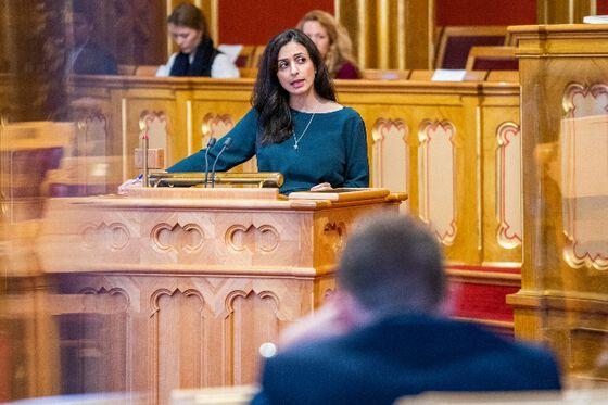 Haia Tajik på talerstolen i Stortinget