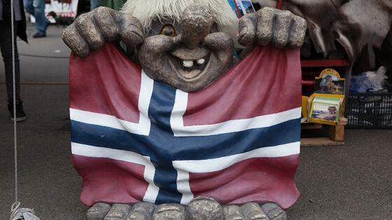 Troll som holder norsk flagg.