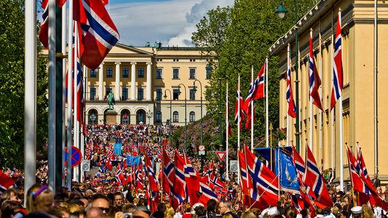 17. mai-tog med norske flagg på Kar Johans gate