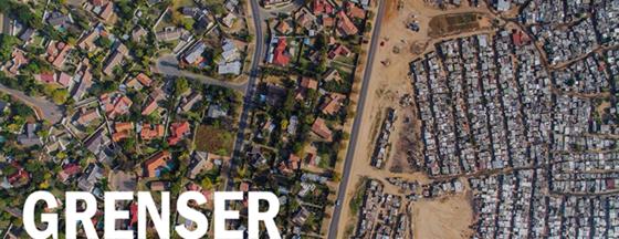 luftbilde av fattig boligområde adskilt fra rikt boligområde, med tekst: Grenser