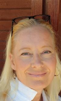 Bildet kan inneholde: briller, ansikt, hår, panne, blond.
