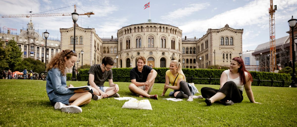 Students sitting outside the Norwegian Parliament