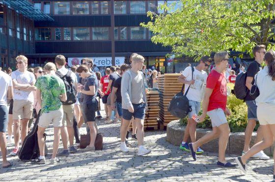 Nye studenter foran SV- fakultetet