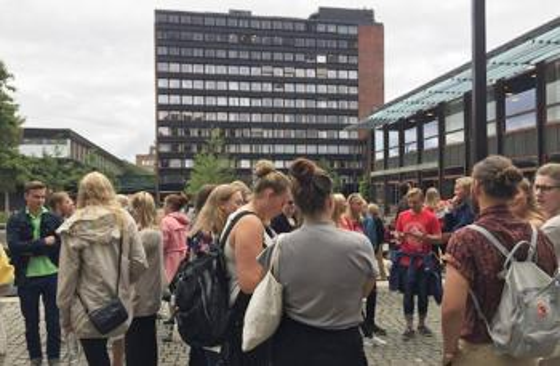 Studenter på plassen utenfor SV-fakultetet ved studiestart