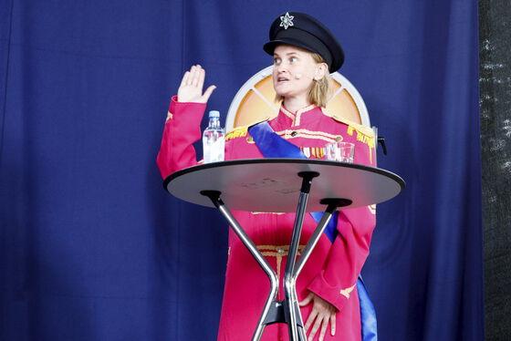 Kvinne  i diktatoruniform på en scene