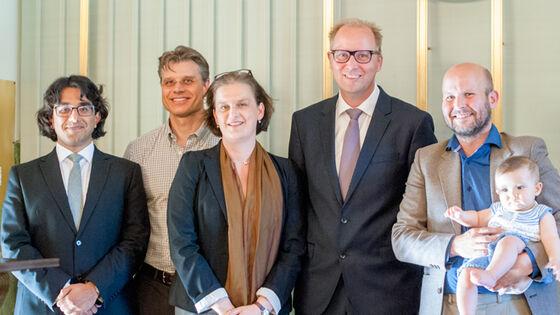 Førsteamanuensis Inger Skjelsbæk (nr. 3 f.v.) sammen med valgkomiteen og prisvinneren for beste artikkel fra unge forskere, Torgeir Moberget (t.h.), som disputerteved PSI i 2015