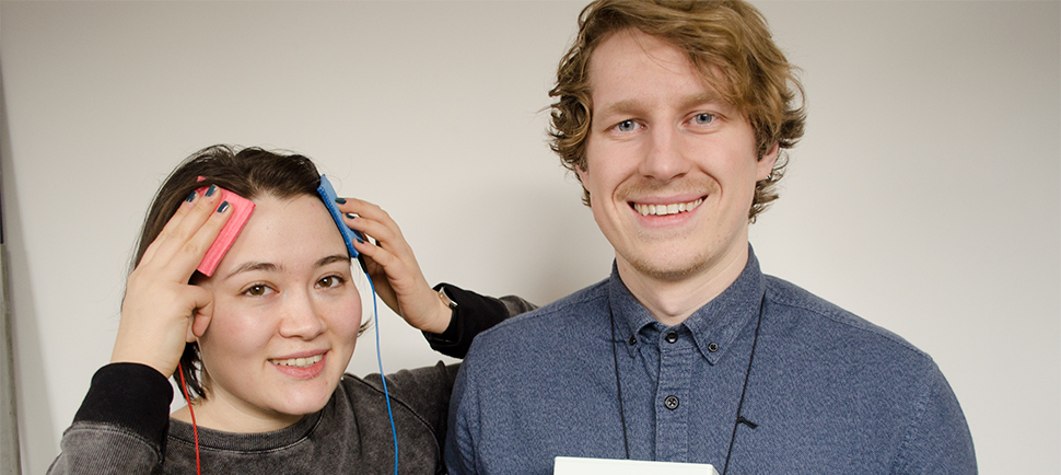 Electric! Nina Chung Mathiesen (left) has tested tDCS and warns against daily use. James Roe is holding the tDCS-kit.