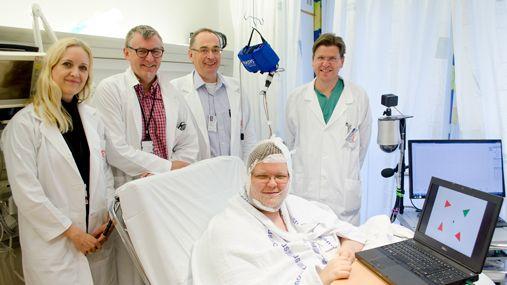 ECoG-teamet: F.v. Anne-Kristin Solbakk, Tor Endestad, Pål Gunnar Larsson og Torstein Meling. Foran sitter pasienten tilkoblet ECoG-utstyret.