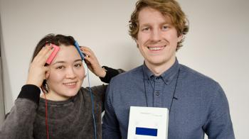 Electric! Nina Chung Mathiesen (left) has tested tDCS and warns against daily use. James Roe is holding the tDCS-kit. Photo: Svein H. Milde