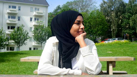 Ayan Osman (23) var bare 14 år da hun reiste fra familien i Somalia til Norge. Snart ti år etter hører hun fremdeles de grufulle lydene fra krigen og hun har ennå ikke fått norske venner. Foto: Silje Pileberg.