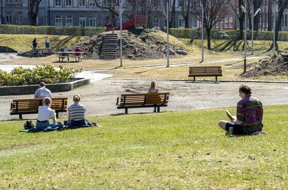 Koronatiden: Folk samlet på avstand i parken