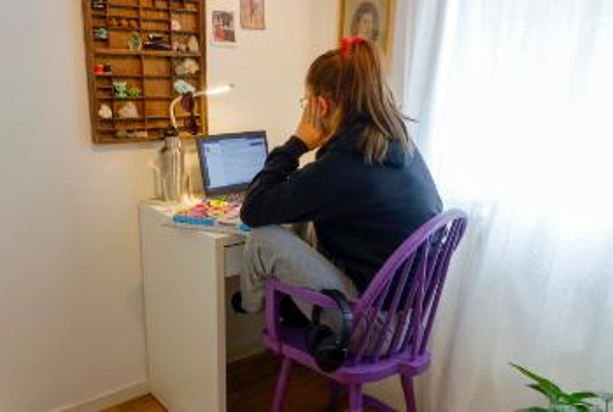 Jente alene foran skjerm på rommet