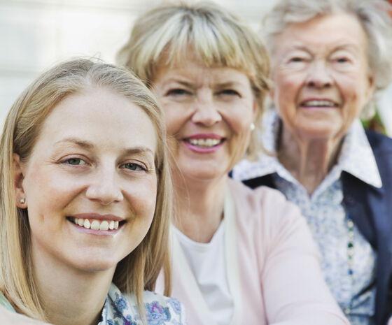 Bildet kan inneholde: klær, smil, hud, menneskelig, familie som tar bilder sammen.