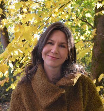 Bildet kan inneholde: blad, gul, høst, dame, tre.
