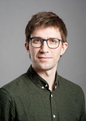 Bildet kan inneholde: mann, hår, briller