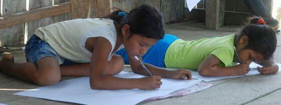 Barn som tegner illustrasjoner.