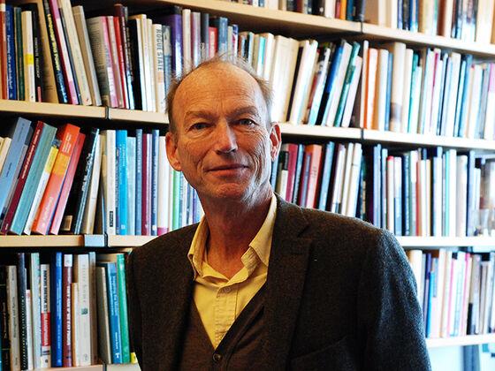 Thomas Hylland Eriksen foran bokhyller