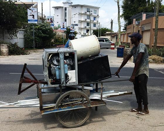 Mann samler inn elektronisk avfall i Dar-es-Salaam