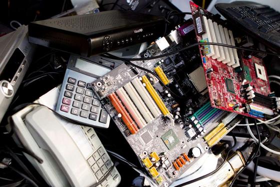 Bildet kan inneholde: datamaskin, personlig datamaskin, inndataenhet, bildesign, kontorutstyr.