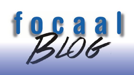 Bildet kan inneholde: skrift, elektrisk blå, merke, logo, kunst.