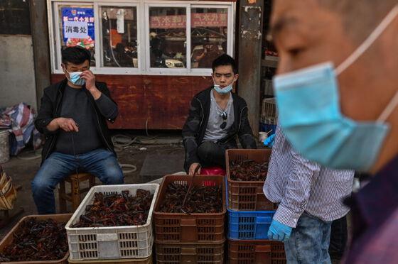 Personer som selger reker på markedet i Kina